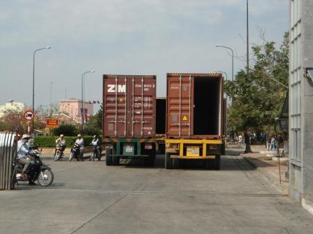 ベトナムからカンボジアへ陸路向かうトラックの列.JPG